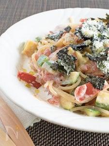 トマトとズッキーニと海苔のクリームパスタ