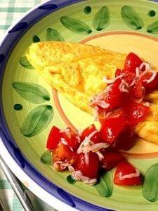 チーズオムレツ、フレッシュトマトソースかけ