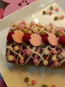 ラズベリーと桜の香りの抹茶ロールケーキ