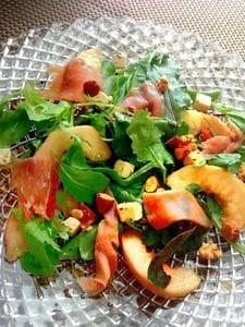 桃と生ハムとフェタチーズのサラダ
