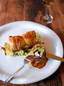菜の花を巻いた鶏もも肉のロースト、照り焼きたれ。