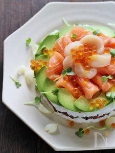 サーモンとアボカドの寿司ケーキ