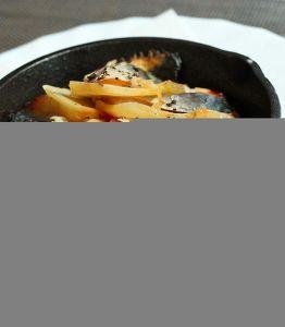 さばとじゃがいも重ねスキレット焼きトマトのソース