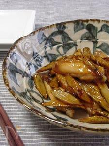 鶏手羽中とゴボウの甘酢炒め。