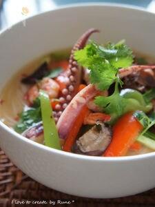 ひんやりトムヤムスープで海鮮春雨冷麺