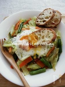 朝ごはんにどうぞ♪たっぷり野菜と卵のオリーブオイル蒸し