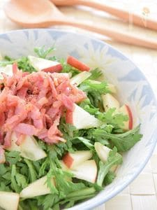 春菊・りんご・ベーコンのサラダ
