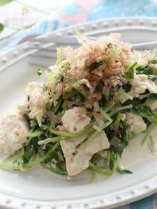 レンジで作る、豆苗とちぎり豆腐の明太子風味