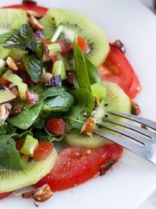 ストレス解消。キウイとトマトのリフレッシュサラダ