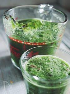 野菜と果物のグリーンスムージー