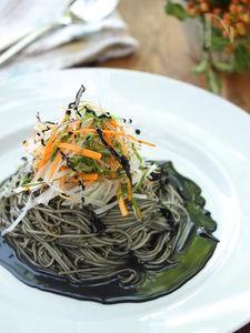 香味野菜たっぷりの黒ごまそば