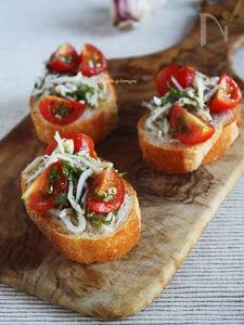 ジューシートマトとしらすのブルスケッタ