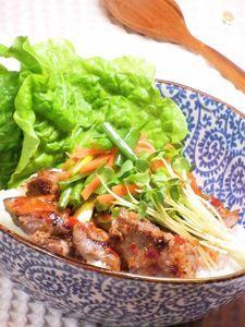野菜たっぷり 豚肉のピリ辛エスニック丼
