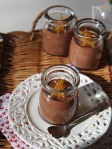 オレンジピールをのせたチョコレートムース