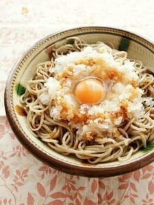 生醤油をかけて食べる、大根おろしと卵のっけそば