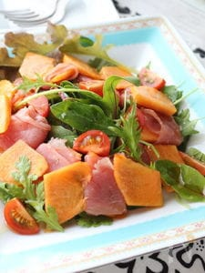 甘じょっぱさがワインにも合います!柿と生ハムのオイルサラダ