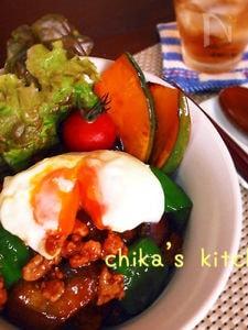 ニンニク味噌がご飯に合う合う♪豆腐ひき肉の夏野菜丼♡
