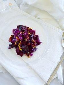 紫キャベツと菊花のマリネ 枸杞子をのせて