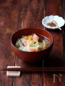 塩鮭と根菜の具沢山汁。