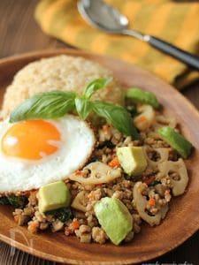 根菜とアボカドのガパオライス