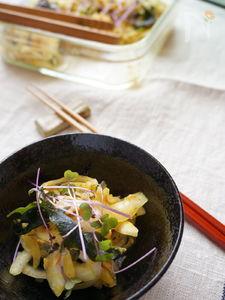 玉ねぎとわかめとツナのカレーサラダ