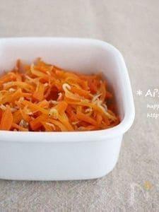 簡単常備菜*食欲をそそる香り♡にんじんとしらすのごま油炒め*