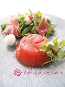 トマトゼリーで食べるモッツァレラと生ハムのサラダ
