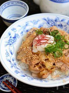豚肉のコクうま温玉丼