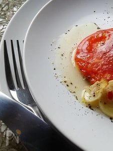 バジル塩で食べるトマトのオーブン焼き