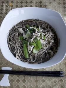 小松菜とささみの黒ごまそば
