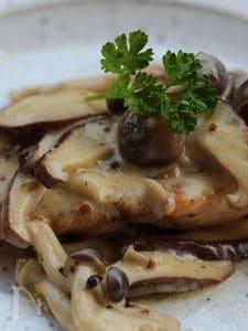 秋生鮭のムニエル、キノコと粒マスタードクリームソース