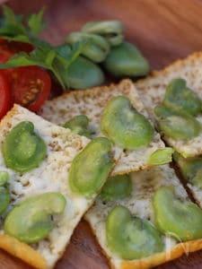 パリパリチーズせんべい、そら豆のせ