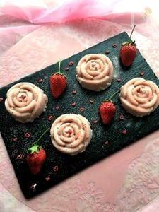ストロベリーホワイトチョコムースをバラ型で♪