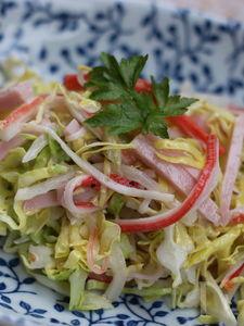新キャベツと新玉葱のサラダ、ごま風味