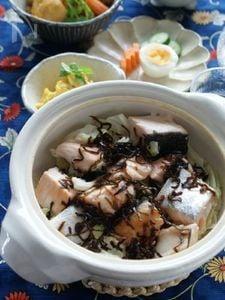 春キャベツと鮭と塩昆布の土鍋蒸し