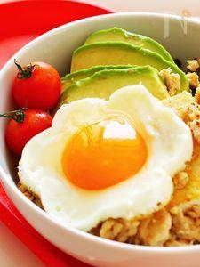 焼き豆腐とアボカドと鶏そぼろ丼☆