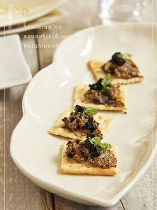ブルーチーズと黒にんにくのカナッペ