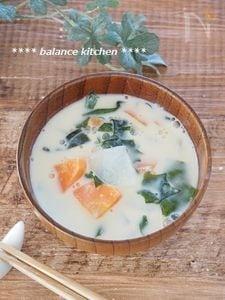 出汁不要 根菜とわかめの豆乳みそ汁。