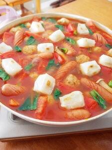 サイコロ餅のトマト鍋