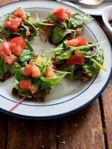 カリカリポークのピッツア風一口サラダ