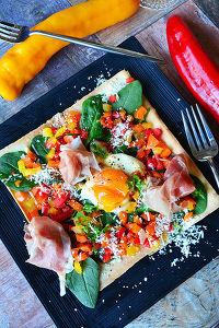 春巻きの皮とチーズミルフィーユピザ 生ハム卵サラダのせ