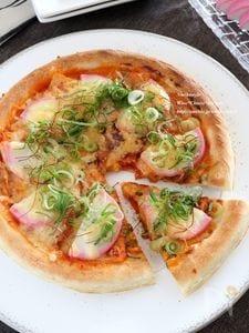 かまぼことキムチのピザ