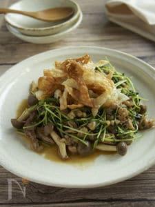 豆苗と豚肉のにんにく醤油炒め パリパリ餃子の皮のせ
