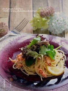スモークサーモンのサラダ仕立てペペロンチーノ