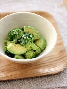 ブロッコリーとアボカドの塩麹サラダ