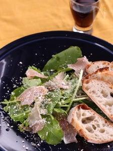 ルッコラと生ハムのパルミジャーノかけサラダ