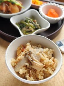 新米で秋の味わい♡しめじと里芋の炊き込みごはん