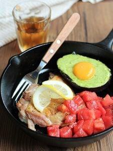 鶏肉のトマト&アボたまのWソースがけ