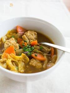 栄養満点のおかずスープ!肉団子と野菜のカレースープ