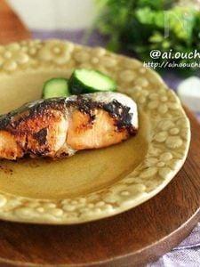 お弁当にも♡漬けて焼くだけ!鮭のこんがりバター照り焼き♡